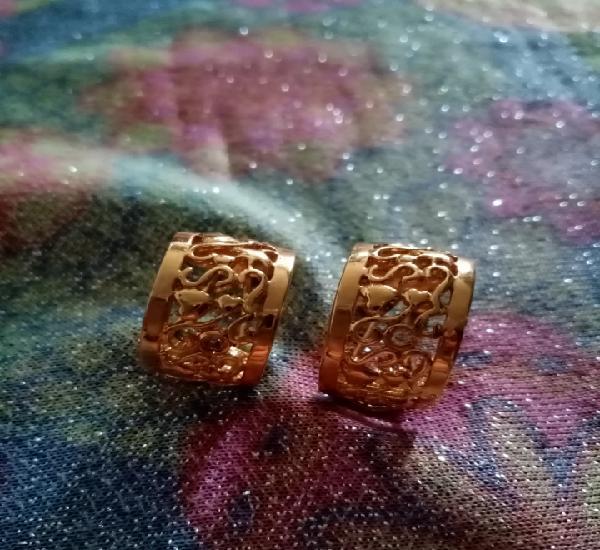 Originales pendientes aro, aretes dorados cobinando