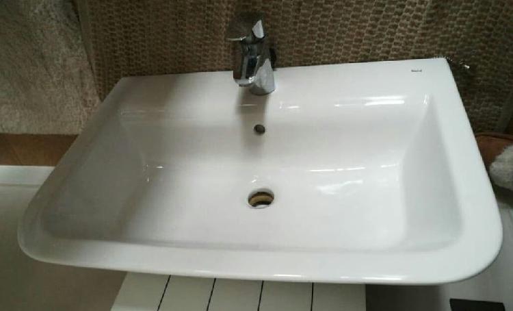 Lavabo blanco rectangular nuevo. grifo no disponib