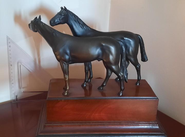 Caballos de bronce sobre pedestal madera, 27 x 29 cm, 3 kg