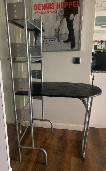 Mesa estantería y taburetes