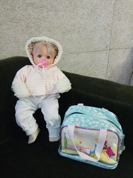 Muñeca bebe con ropita y bolsa