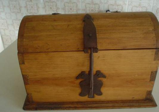 Baúl de maderas tropicales tipo antiguo