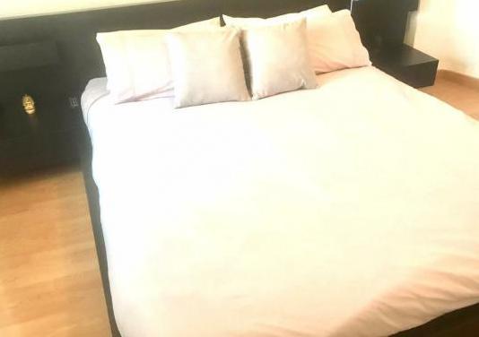 Conjunto base, colchón, mesillas y cabecero