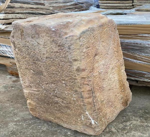Pilar antiguo de piedra roja de 55 cms. de alto y abajo