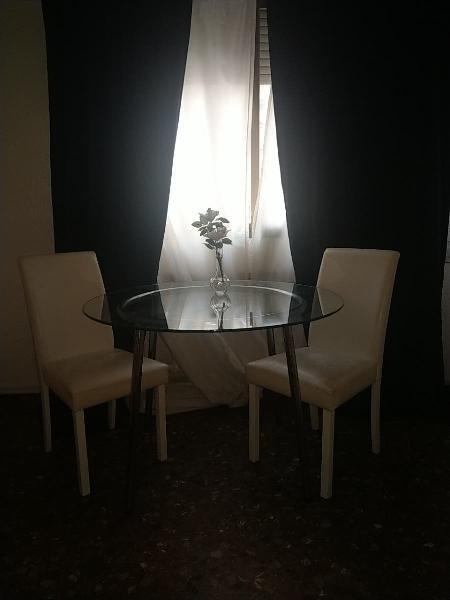Mesa, sillas y jarrón