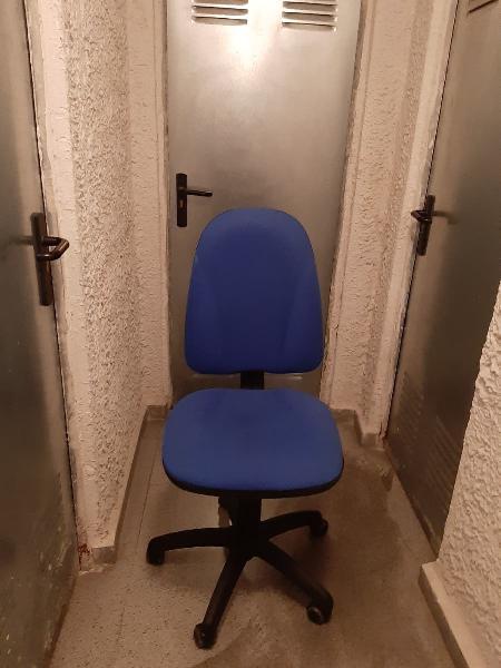 Silla ergonomica color azul en asiento y respaldo.