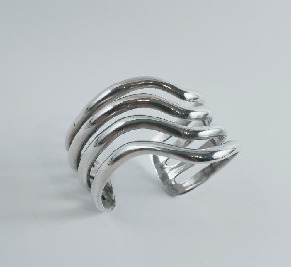 Brazalete en plata formado por cintas de media caña.