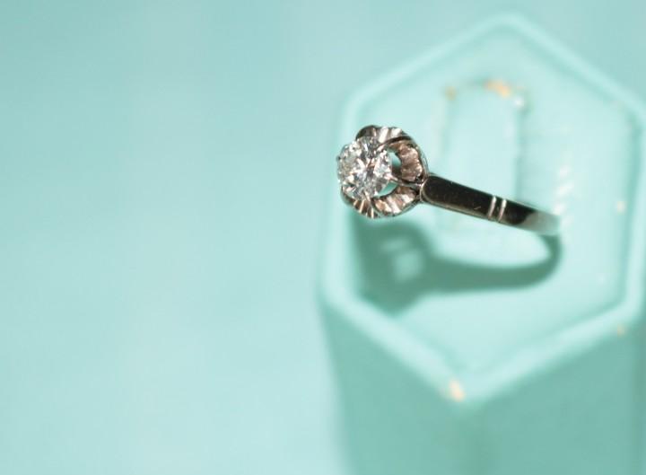 Clásico anillo antiguo de oro blanco & diamante. classic