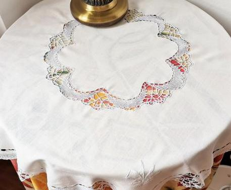 Mantel redondo blanco con puntillas para mesilla