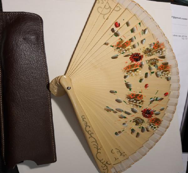 Abanico de madera pintado a mano con funda de piel