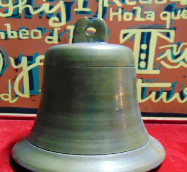 Gran campana de bronce. 22 cm alto, 19 cm diámetro.