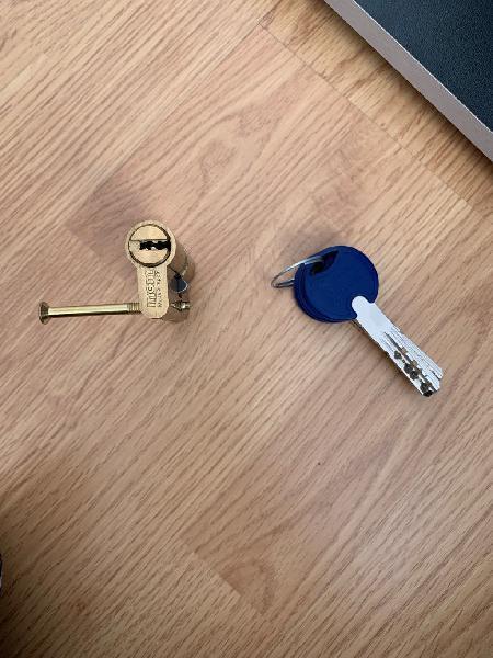 Cerradura bombín puerta seguridad