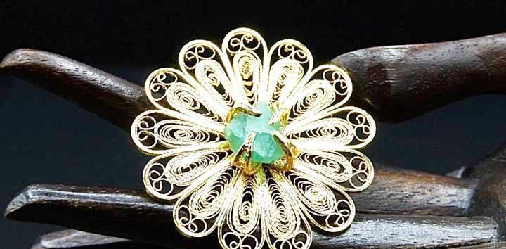 Exclusiva sortija de gran flor con centro de esmeralda