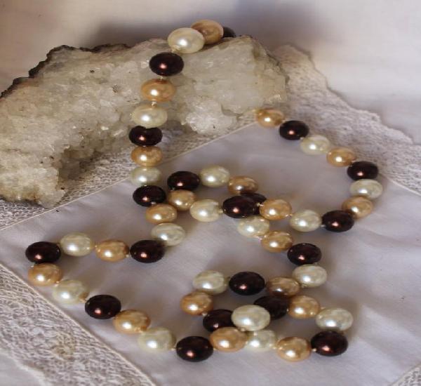 Largo collar de perlas anacaradas