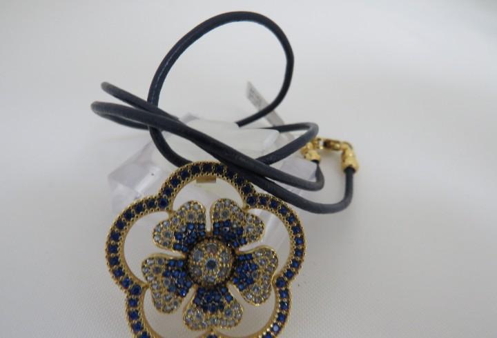 Precioso collar en forma de flor con zafiros y agua marina