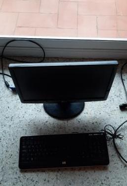 Un monitor y teclado