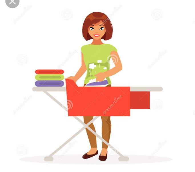 Mujer limpieza y plancha