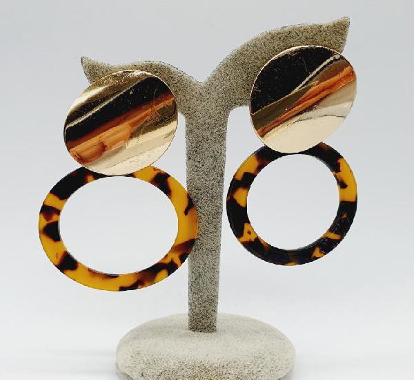 Modernos pendientes de diseño con acabados en oro y aros en