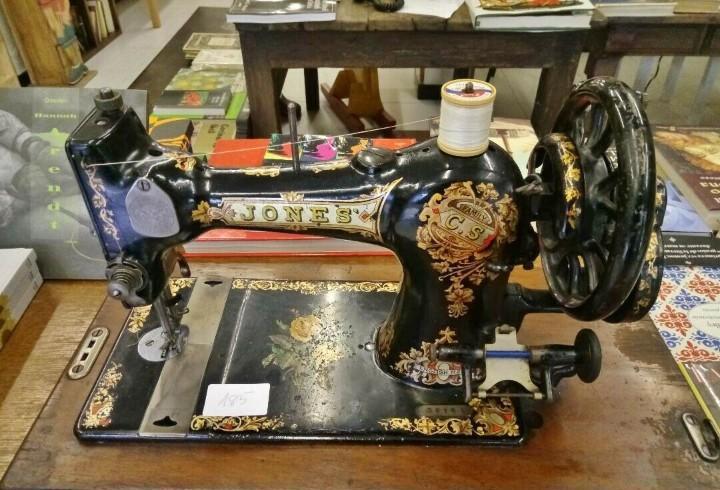 Años 20 máquina antigua de coser jones con tapa y llave..