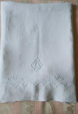 Almohada. de hilo bordada