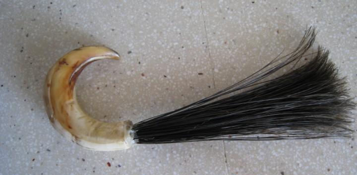 Antigua brocha hecha de colmillo y cerdas de jabalí