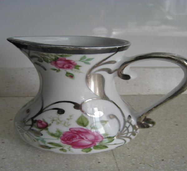 Antigua y preciosa jarrita de bohemia porcelana pintada a