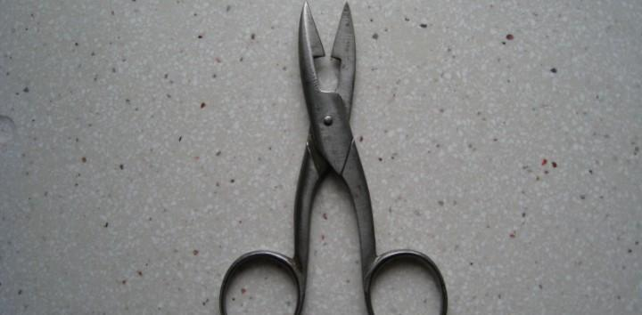 Antiguas y raras tijeras para hacer ojales