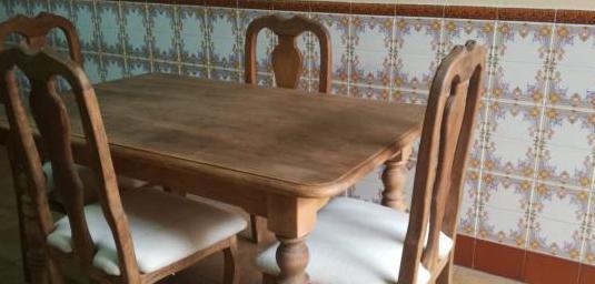Mesa maciza con 4 sillas