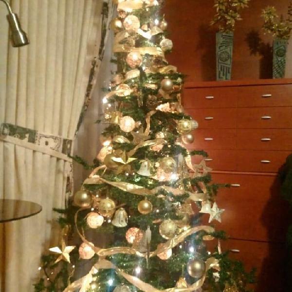 Arbol completo de navidad y regalo.