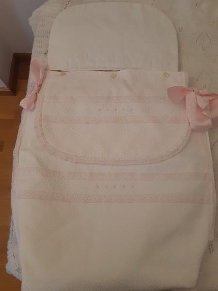 Saco capazo rosa y blanco marca uzturre.