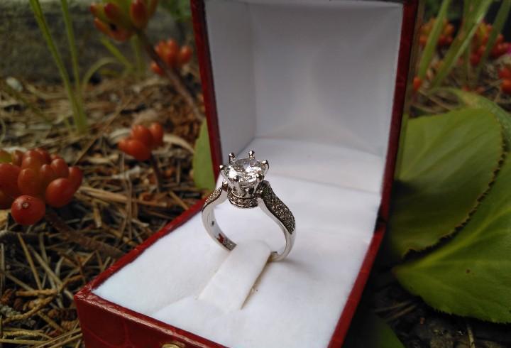 Anillo de plata con circonita corte diamante