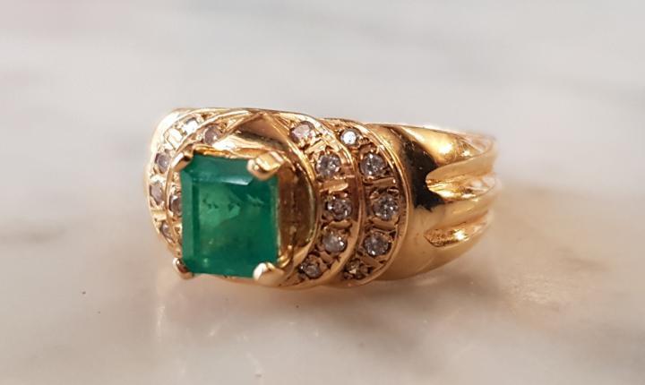 Espectacular anillo esmeralda, diamantes y oro 18k