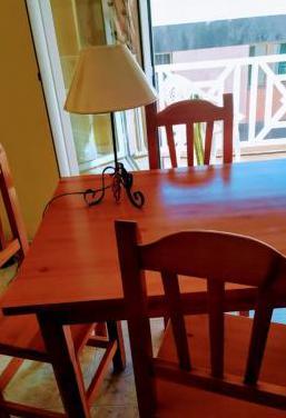 Mesa comedor rústica y cuatro sillas