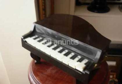 Radionewtone con forma de piano de cola años 70
