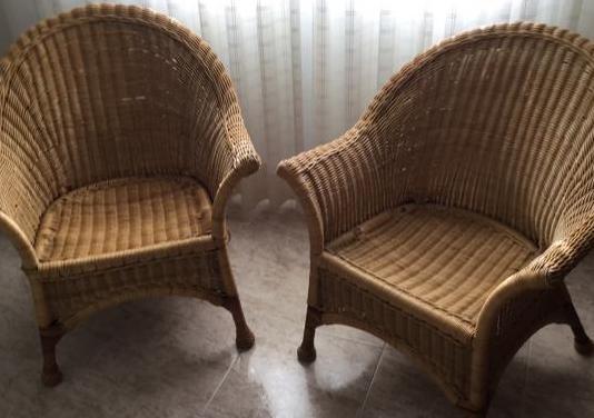 Dos sillones de mimbre .