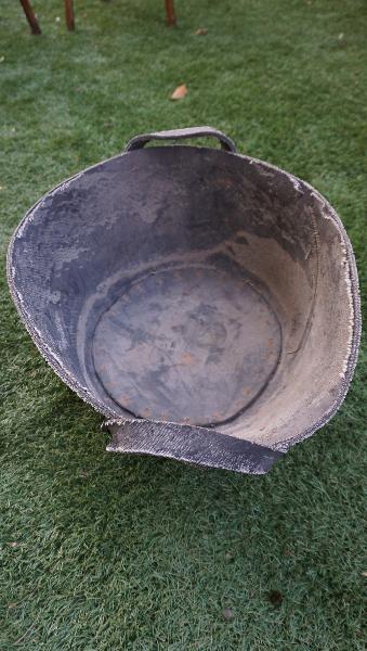 Cubo antiguo artesano y espuerta de metal