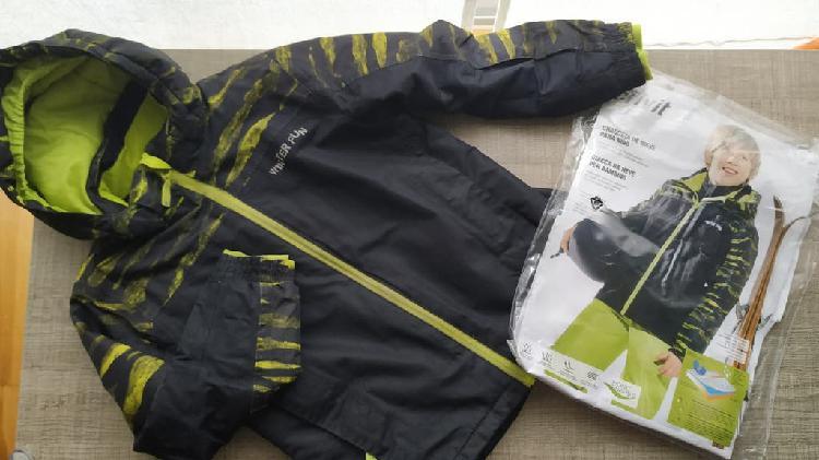 Abrigo/anorak de material impermeable t:6-7años
