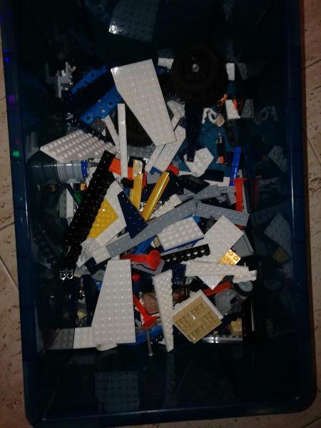 Caja de plástico box y contenido.