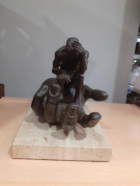 Escultura lorenzo quinn (la mano de dios)