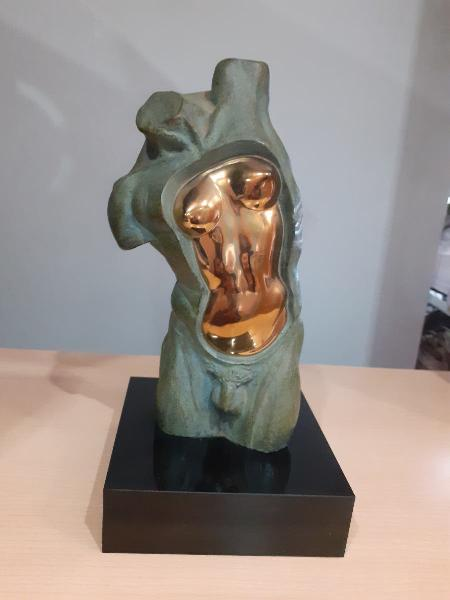 Escultura lorenzo quinn(adan y eva).