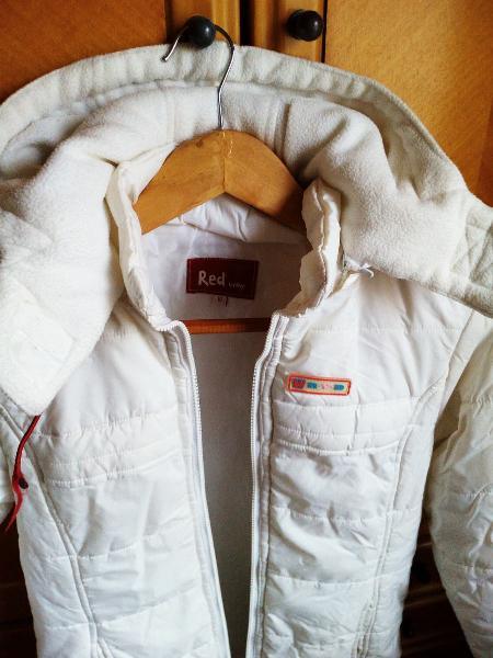 Abrigo largo blanco.