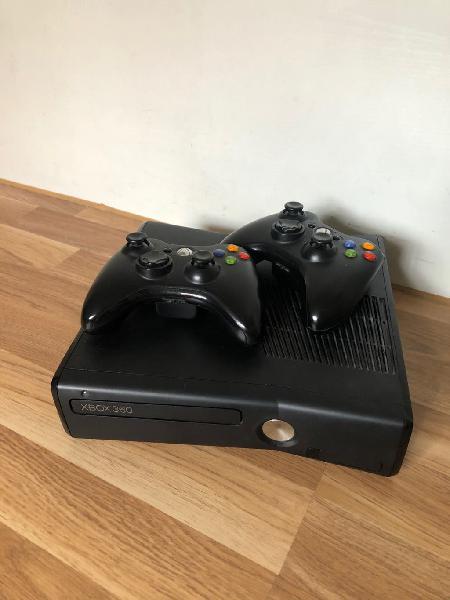 Xbox 360 con 2 mandos y 12 juegos