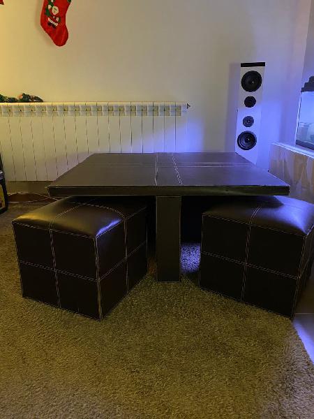 Mesa con cuatro pufs