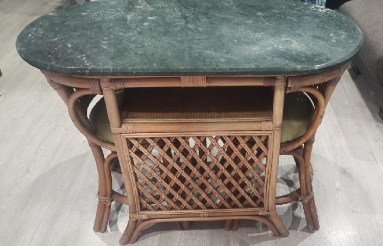 Mesa de mimbre y mármol con 2 sillas.