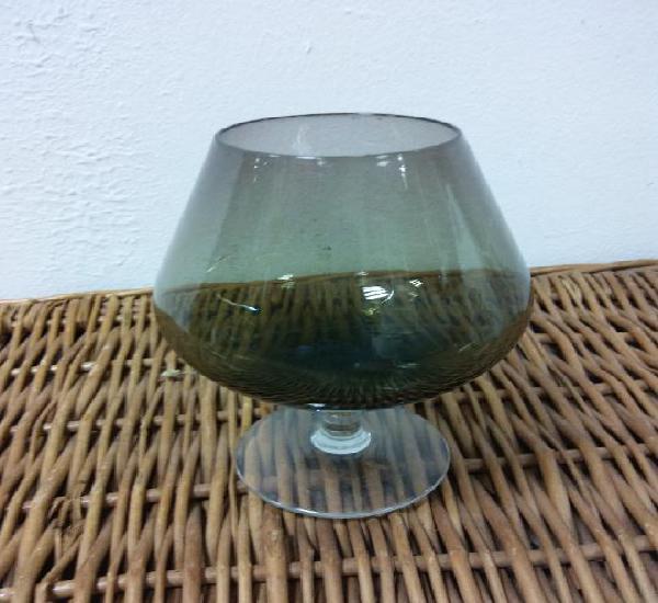 Bonita copa ahumada. en cristal. medidas diámetro 5 cm alto