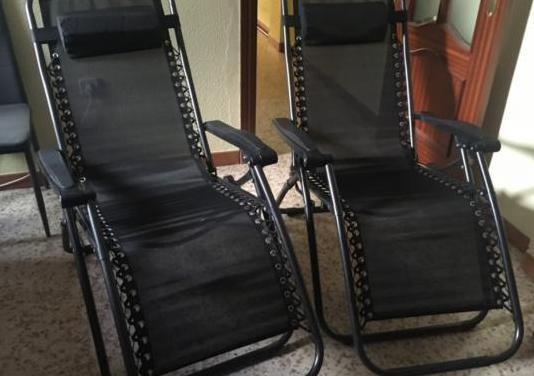 Dos tumbonas nuevas y dos sillas de piel modernas