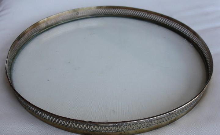 Magnifica pieza: antigua bandeja de cristal con borde de