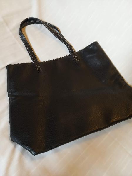 Bolso de mano color negro, en imitación piel