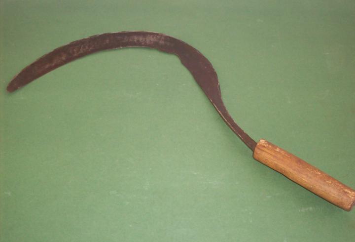 Antigua hoz de hierro forjado con marca de herrero