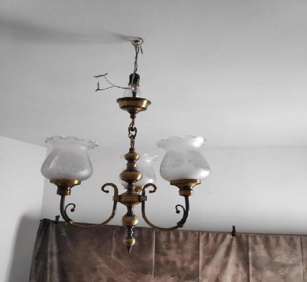 Lámpara de bronce de tres brazos. incluye tres tulipas de